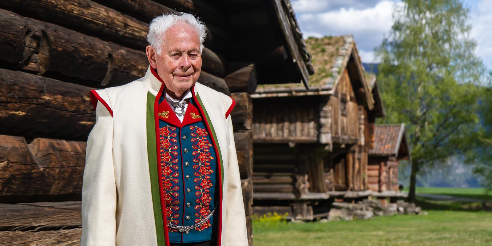 Grunnleggaren av Gullsmed Aabø as: Aslak Aanund Aabø i bunad på bygdetunet i Kviteseid.