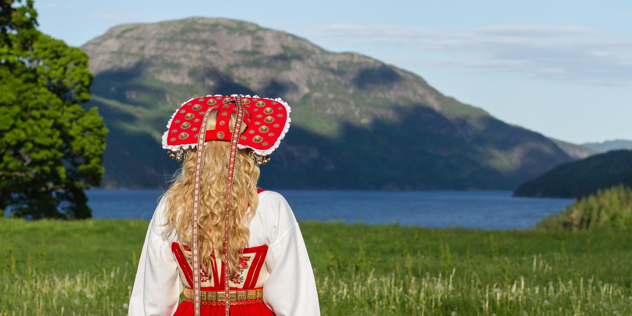 Brud i brudelad med utsikt over Kviteseidvatnet.