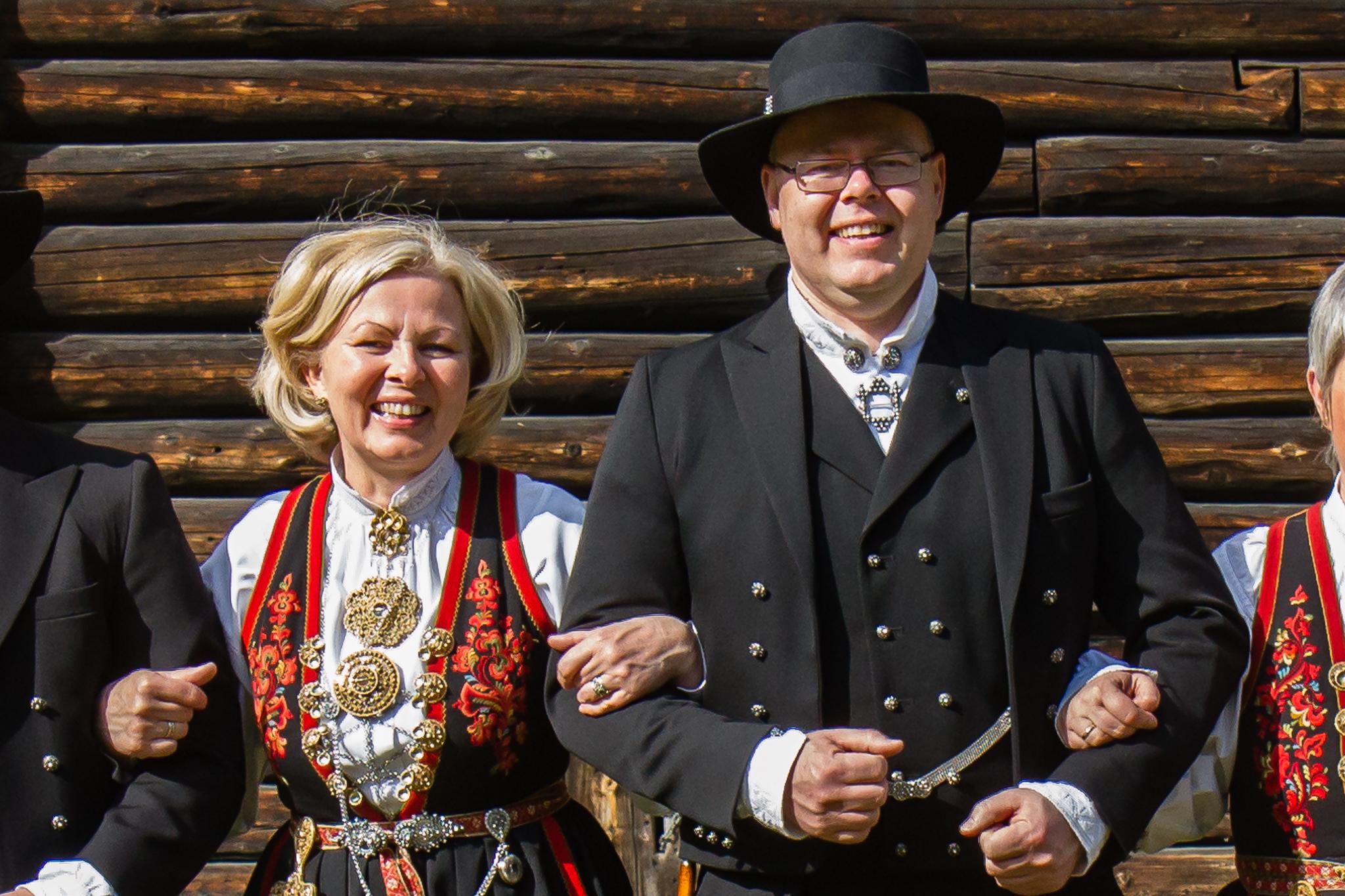 Hans Kristian Aabø og Gina Aabø Nyland i bunad.