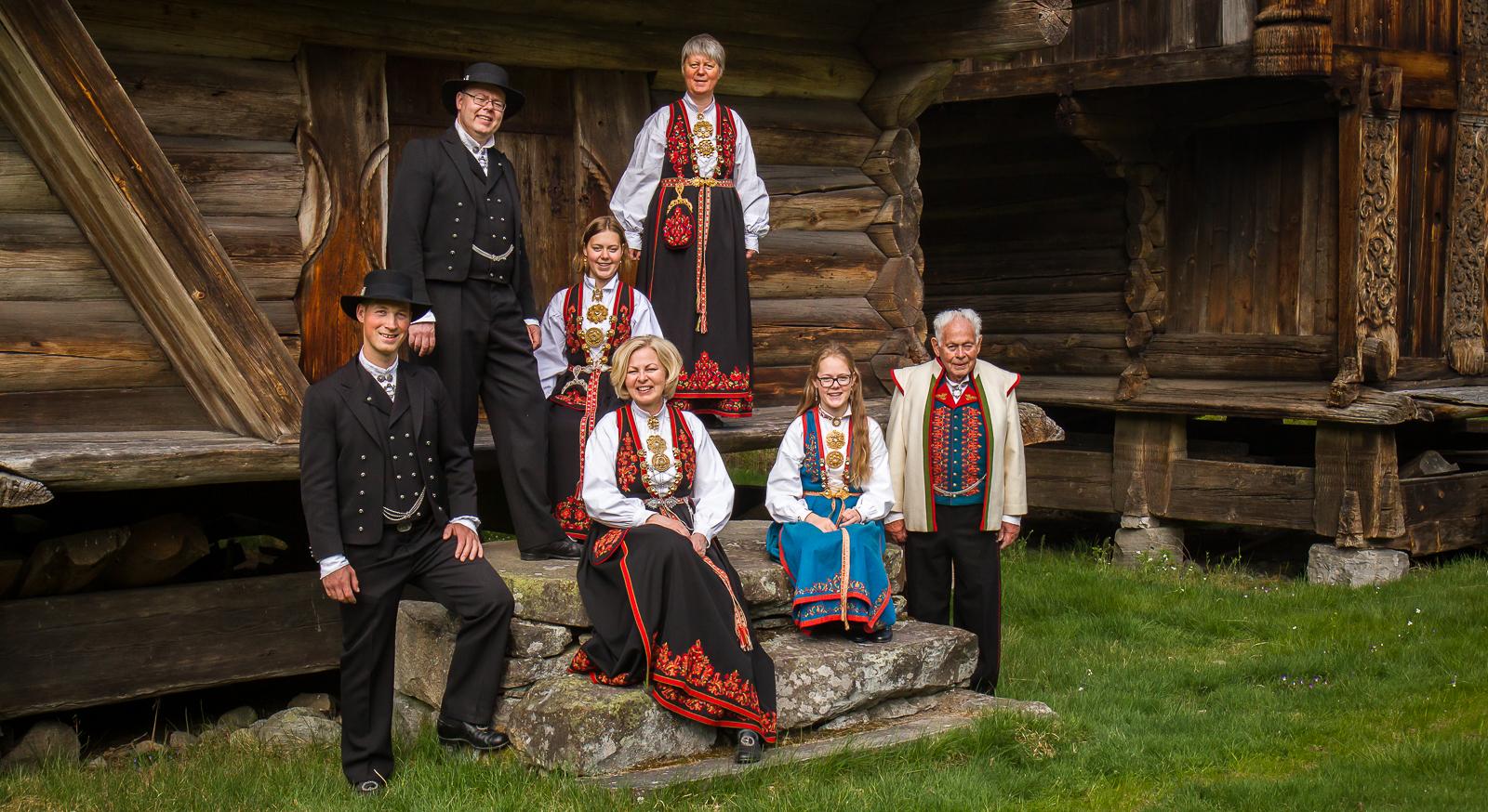 Sju bunadkledde modellar. Dei har på seg ulike Vest-Telemarksbunadar.