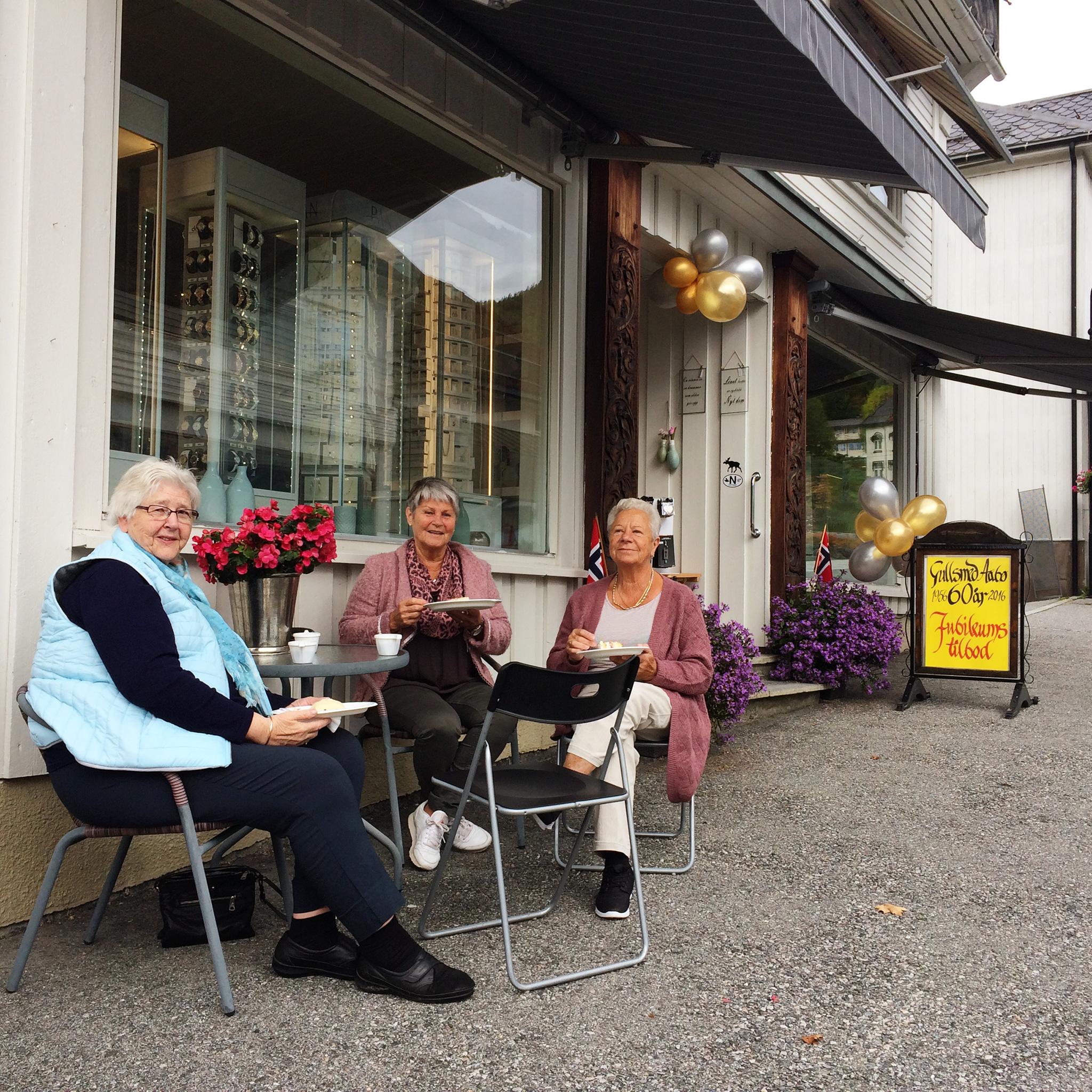 Fornøgde gjestar et kake hos Gullsmed Aabø på jubileet