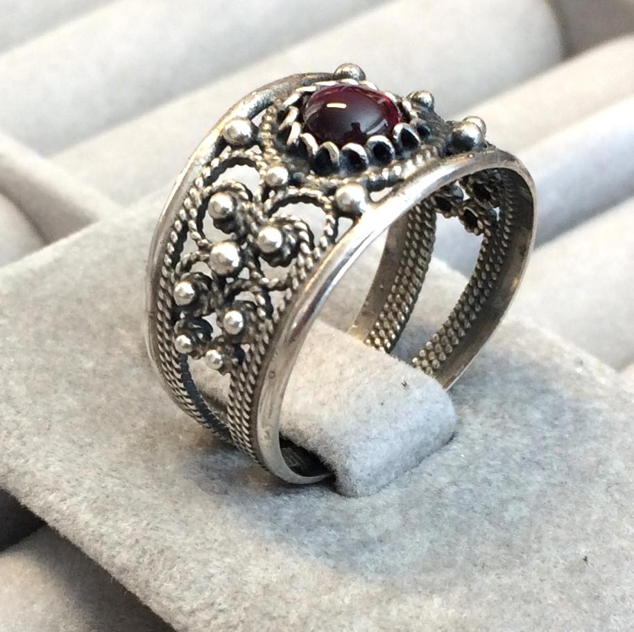 Fingerring med stein oksidera