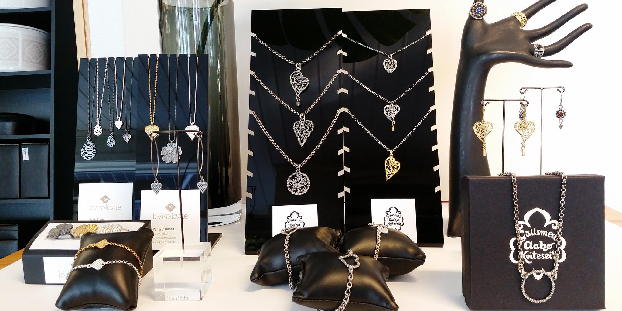Ulike smykker til sal hjå Gullsmed Aabø.