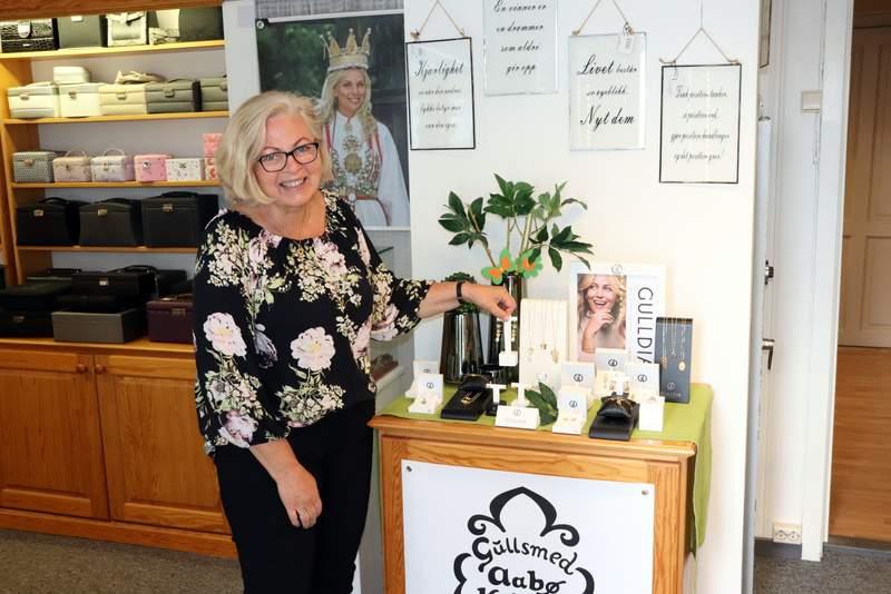 Gina viser smykker av Kathrine Knudsen
